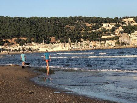 Beach stroll - (un)Conventional Bookworms - Weekend Wrap-up